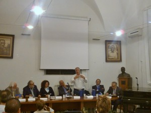 Il sindaco di Niscemi durante il suo intervento alla presentazione nella Bibblioteca Comunale di Niscemi