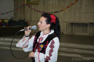 """Cantante romena canta nel teatro parrocchiale di San Giovanni Evangelisti durante la presentazione de """"Il nulla e l'Incanto"""""""