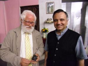 Il sacerdote don Erio Castellucci si complimenta con Rolando rizzo dopo la recita nel teatro parrocchiale